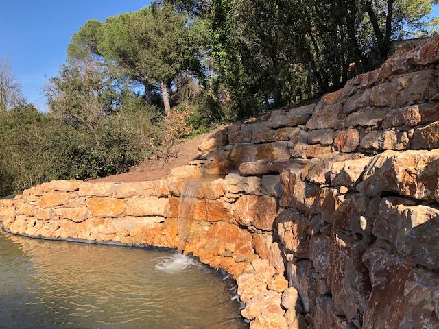 Bassin d'ornement avec enrochement