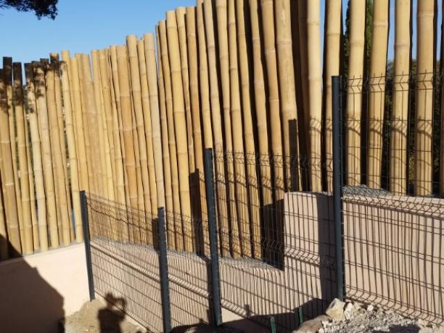 Clôture contemporaine - Clôture en  panneaux rigides avec occultation naturelle - Clôture en composite - Clôture avec brande de bruyère