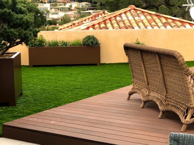 Toit terrasse avec gazon synthétique et terrasse en bois composite